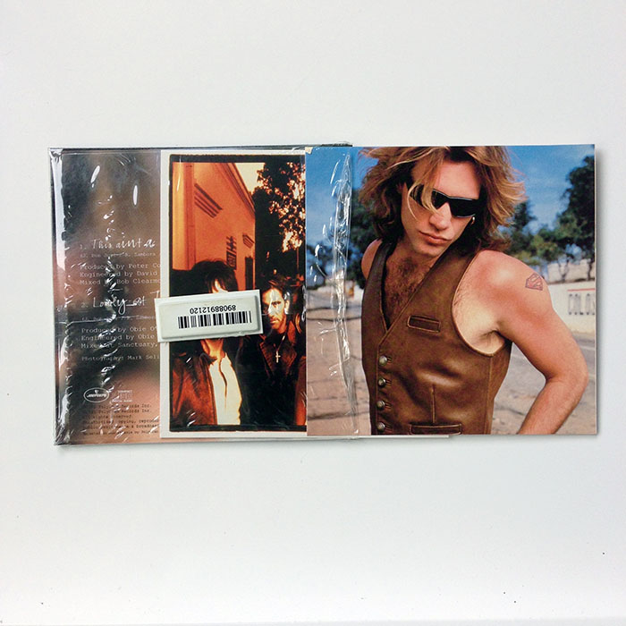 THIS AIN'T A LOVE SONG - European 2-track in cardboard sleeve, complete with 2 of 4 available collector postcards (8569742)